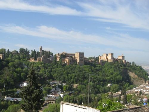 Picture 2: Alhambra / Located high up on a hill